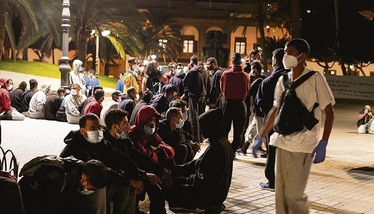 Nachdem die Migranten – ausschließlich junge Männer aus dem Maghreb – mit Bussen in die Hauptstadt gebracht wurden, fanden sie sich auf einer Plaza de la Feria, gegenüber dem Sitz der Vertretung der spanischen Regierung, ein. Dank der raschen Reaktion der kanarischen Regierung und der Stadt Las Palmas mussten sie die Nacht nicht unter freiem Himmel verbringen, sondern wurden noch am Abend mit Bussen abgeholt und in Hotels einquartiert. Foto: efe