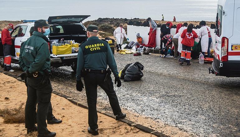 Erstversorgung einer Gruppe von Neuankömmlingen, die Ende November Lanzarote erreichten. Foto: EFE