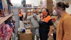 """Pancho hat den gesamten Restbestand seines geschlossenen Spielwarengeschäfts für die Aktion """"Apadrina una ilusión"""" gespendet, über die Kinder aus sozial benachteiligten Familien zu Weihnachten beschenkt werden. Foto: Ayuntamiento de Los Realejos"""