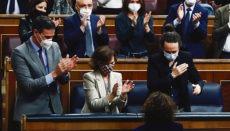 Applaus von Ministerpräsident Pedro Sánchez (l.) und den Vizepräsidenten Carmen Calvo und Pablo Iglesias für Finanzministerin María Jesús Montero nach der Abstimmung Foto: efe