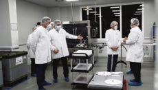 Präsident Pedro Sánchez (l.) besuchte am 26. November den Produktionsstandort von Pfizer in San Sebastián de Los Reyes (Madrid), wo ein Teil des Corona-Impfstoffs für Spanien produziert werden könnte. Foto: efe