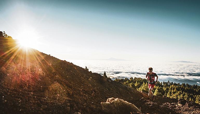 Der Ultramarathon der Transvulcania erstreckt sich vom Leuchtturm in Fuencaliente bis zum Ziel in Los Llanos de Aridane über 74,33 Kilometer und mehr als 8.400 Höhenmeter. 2019 gewann der französische Spitzenläufer Thibaut Garrivier mit einer Zeit von knapp über sieben Stunden (07:11:04) diesen Härtetest. Foto: cabildo de la palma