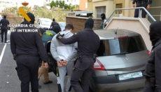 Beamte der Guardia Civil bei der Festnahme eines der mutmaßlichen Einbrecher Foto: Guardia Civil