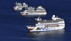 """Kolosse vor Anker: Seit Monaten warten Schiffe der AIDA-Flotte vor Santa Cruz de Tenerife auf die Wiederaufnahme der Kreuzfahrten. Anfang Dezember 2020 hieß es für zwei Schiffe endlich """"Leinen los"""". Doch auf den hoffnungsvollen Start in die Saison folgte nun eine neue Unterbrechung. Foto: Moisés Pérez"""