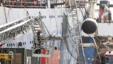 Das georgische Fabrikschiff Sveaborg, das unter der Flagge von Kamerun fährt, geriet im Hafen La Luz in Las Palmas nach einer verheerenden Explosion im Maschinenraum in Brand. Drei Mitglieder der Besatzung starben. Die Toten konnten wegen der großen Hitze erst am darauffolgenden Tag geborgen werden. Fotos: EFE