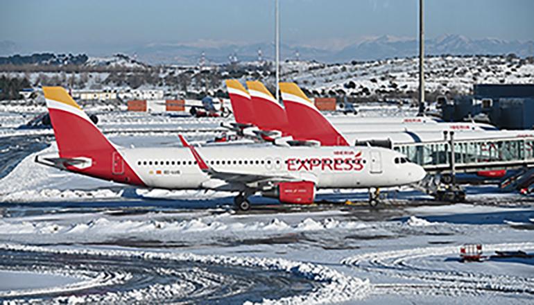 Stillstand am Flughafen Adolfo Suárez-Barajas von Madrid. Schneemassen machten Starts und Landungen tagelang unmöglich. Foto: EFE