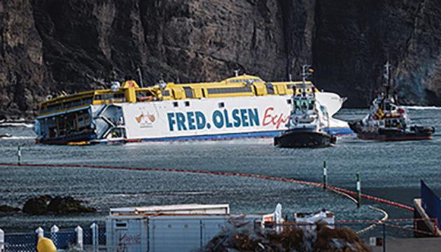 """Nachdem die Passagiere evakuiert worden waren, hing die """"Bentago Express"""" tagelang nur 120 m vom Ufer entfernt in den Felsen fest. Fotos: EFE/NOTICIA"""