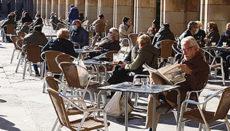 Gäste genießen am 13. Januar trotz Kälte den Sonnenschein auf der Terrasse eines Cafés in Salamanca. Foto: efe