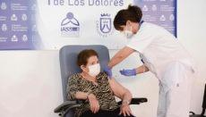 Doria Ramos, eine 84-jährige Bewohnerin des Pflegeheims Nuestra Señora de Los Dolores, war die erste Person auf Teneriffa, der die Impfung verabreicht wurde. Foto: efe