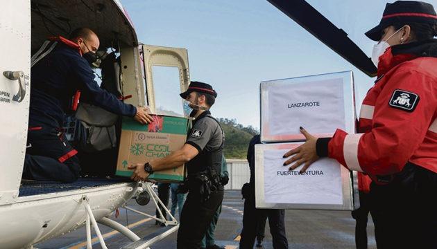 Die ersten Impfdosen trafen am 26. Dezember ein. Ein Teil davon wurden von Teneriffas Nordflughafen aus per Hubschrauber auf die übrigen Inseln weiterverteilt. Foto: EFE