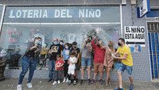 """Jubel in Gáldar auf Gran Canaria, wo Lose mit der Nummer 19570 verkauft wurden. Der Hauptge-winn der """"Lotería del Niño"""" verteilte 200.000 Euro pro Zehntellos. Foto: efe"""
