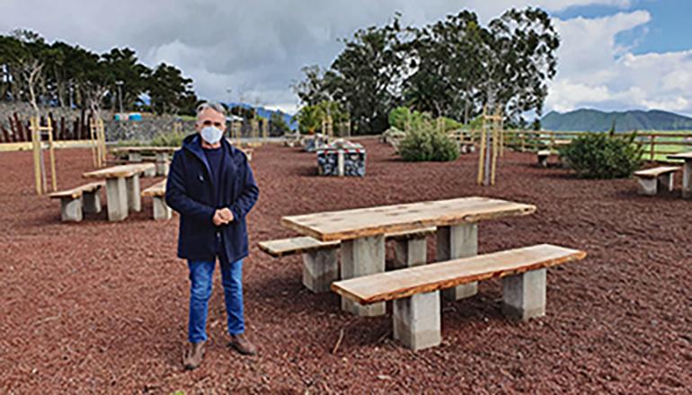Stadtrat José Luis Hernández präsentierte die neuen Tische und Bänke des Grillplatzes. Foto: ayto La Laguna