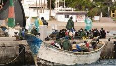 Dieses Boot wurde am 3. Januar von einem Seenotrettungskreuzer in den Hafen von Los Cristianos geschleppt. An Bord waren 50 Migraten. Foto: EFE