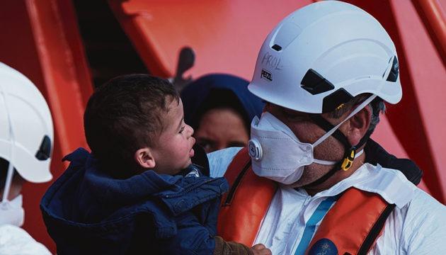 In den Booten kommen immer häufiger auch Mütter mit Kleinkindern und Schwangere an. Foto: EFE
