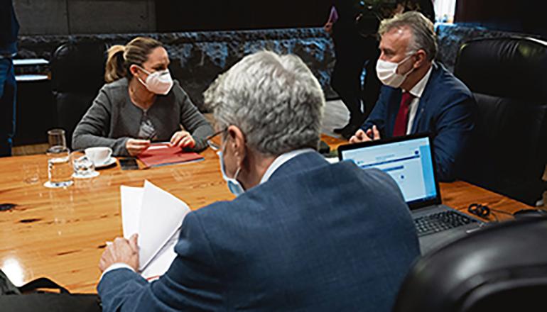 Noemí Santana mit Kanarenpräsident Torres in der Sitzung des kanaischen Regierungsrates vom 14. Januar Foto EFE