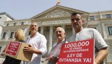 Im Juli 2019 wurden dem Parlament eine Million Unterschriften für eine Entkriminalisierung der Sterbehilfe übergeben, die über die Internetseite change.org gesammelt worden waren. Foto: EFE