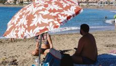 Canarios, die jetzt bei frühlingshaften Temperaturen die Strände in der kanarischen Sonne genießen, treffen in dieser ungewöhnlichen Hauptsaison nur auf wenige Touristen. Foto: efe