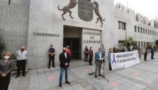 Kanarenpräsident Torres verlas vor seinem Amtssitz ein Manifest. Foto:EFE
