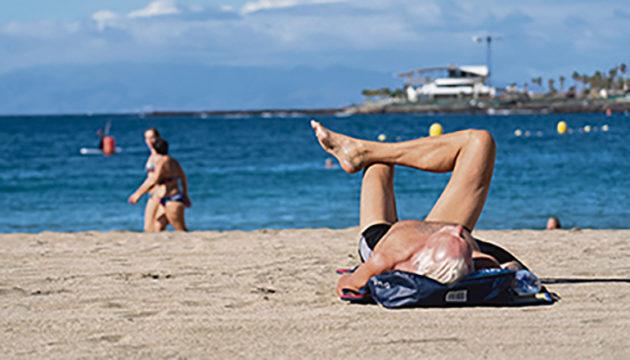 Insel der Kontraste: Auf Teneriffa herrschten am Fuß des verschneiten Teide Minusgrade, während sich Urlauber am Strand Las Vistas in Los Cristianos in der Sonne wärmten. FotoS: EFE