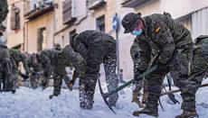 Soldaten der UME halfen unter anderem in Toledo, die Straßen von den Schnee- massen zu befreien. Foto: EFE