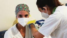 Eine Krankenschwester eines der öffentlichen Krankenhäuser der Inseln lässt sich die Spritze setzen. Foto: efe