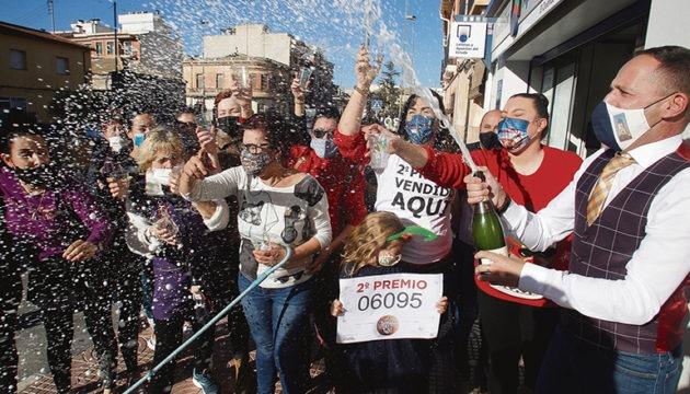Der zweite Preis der Weihnachtslotterie fiel auf die Nummer 06095, deren Lose unter anderem in Valencia verkauft wurden. Im circa 8.000-Seelenort Pinoso wurde ein Gewinn von 36,25 Millionen Euro gefeiert. Foto: EFe