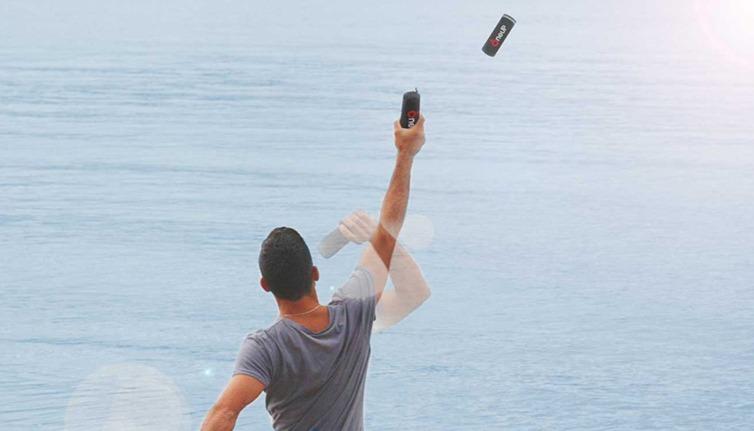 Der kompakt verpackte Rettungsring lässt sich gezielt werfen und bläst sich im Wasser von selbst auf. Foto: OneUp