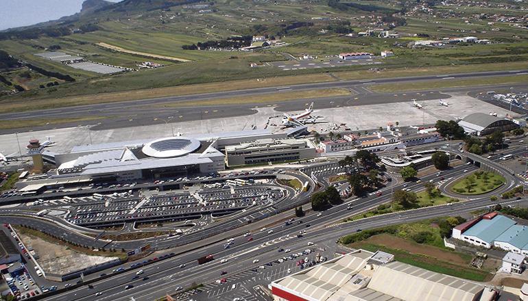 Auf dieser Luftaufnahme ist zu erkennen, wie die Autobahn am Nordflughafen entlangführt. Die neue mehrspurige Straße soll parallel dazu hinter der Start- und Landebahn des Flughafens entlang gebaut werden. Foto: MOisés Pérez