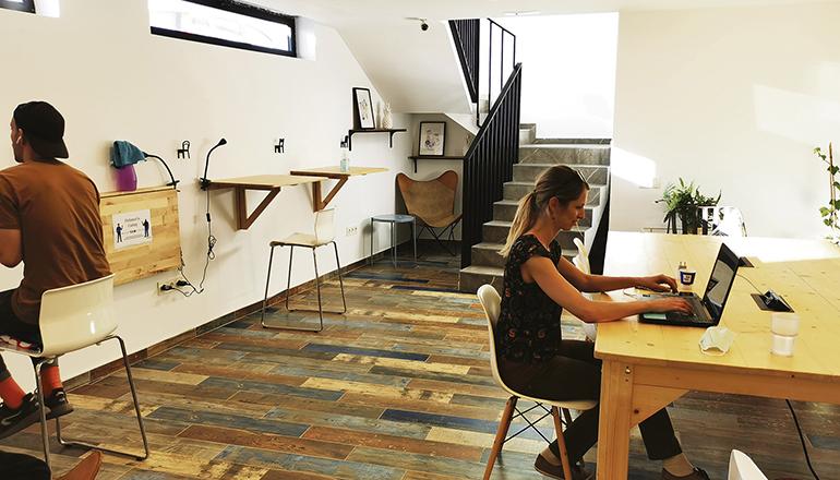Feierte im Januar Eröffnung: das neue Co-Nomad.life Gemeinschaftsbüro mit Sitzmöglichkeiten und Stehtischen. Foto: kathrin lucia meyer