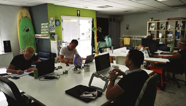 Coworken mit Surfboard: im Hub Fuerte Coworkingspace gibt es aktuell 15 Arbeitsplätze. Foto: kathrin lucia meyer