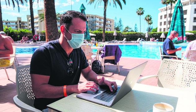 Tom E. ist einer der Telearbeiter, die ihr Büro an den Hotelpool verlegt haben. Foto: efe