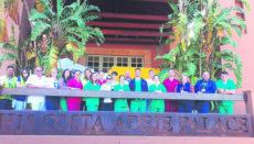 Einige der Beteiligten und Helfer der ersten großen Quarantäne-Maßnahme auf dem Balkon des Hotels in Adeje. Foto: GOBCAN