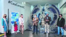Bürgermeister Bermúdez (2.v.r.) eröffnete die Ausstellung im Beisein der drei Königinnen des vergangenen Jahres Foto: Ayuntamiento de Santa Cruz de tenerife