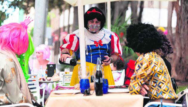 Kein Karneval in diesem Jahr, kein Tanz auf der Straße und keine durchgefeierten Nächte. Dafür Zapfenstreich um 22.00 Uhr. Doch ganz ließ sich das Fest nicht von der Straße verbannen. An dem Freitag, an dem der Karnevalseröffnungszug hätte stattfinden sollen, holten viele Karnevalisten die Perücke aus dem Schrank. Foto:EFe