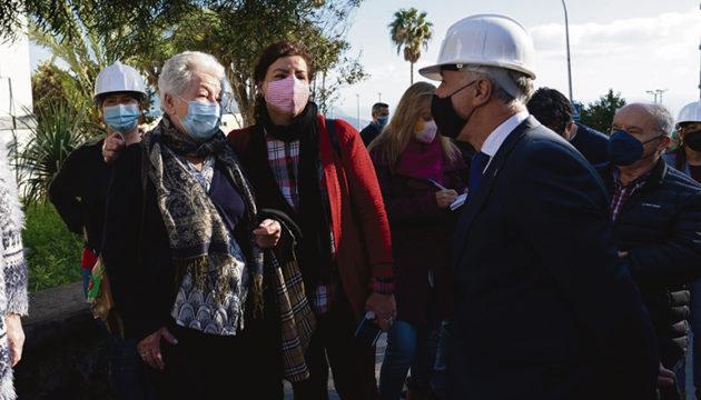 Der kanarische Regierungschef Ángel Víctor Torres (r.) unterhielt sich am Tag, an dem der Abriss begann, mit Wohnungsbesitzern der Siedlung. Fotos: gobierno de canarias