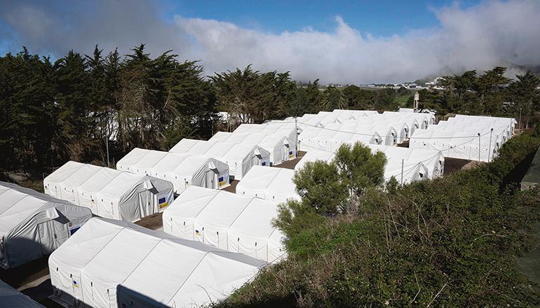 Die Zelte, die in Las Raíces aufgebaut wurden, tragen den Hinweis, dass sie durch den Asyl-, Migrations- und Integrationsfonds (AMIF) der Europäischen Union finanziert sind. Foto: efe