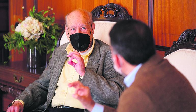 """""""Don Paco"""" im Gespräch mit dem Bürgermeister Foto: EFE"""