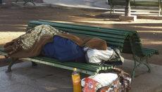 Ein Obdachloser schläft auf einer Bank in Puerto de la Cruz. Foto: WB