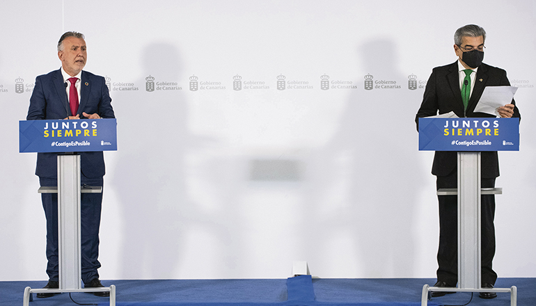 Kanarenpräsident Ángel Víctor Torres (l.) und Román Rodríguez, Vizepräsident und Leiter des Wirtschaftsressorts, stellten das neue regionale Corona-Maßnahmenpaket vor. Foto: GobCan