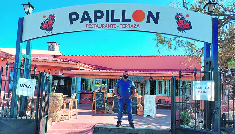 """Agustín am Eingang seines Restaurants """"Papillon"""": Trotz Sorge bleibt er zuversichtlich und blickt nach vorne. Foto: wb"""