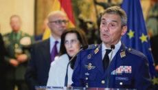 Der oberste Befehlshaber der spanischen Streitkräfte, Miguel Ángel Villarroya, der zurücktreten musste, nachdem er sich gegen Covid-19 impfen ließ, ohne zu einer der Risikogruppen zu gehören, die prioritär geimpft werden, erhielt Beistand von Madrids Bürgermeister José Luis Martínez Almeida. Fotos: efe