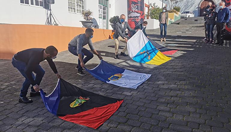 Feierliche Enthüllung der Tafeln mit den Namen der Gewinnerinnen und Gewinner des Ultramarathons Transvulcania Foto: Ayuntamiento Fuencaliente