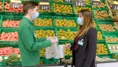 Mitarbeiter der Supermarktkette Mercadona mit den neuen, kompostierbaren Beuteln. Foto: Mercadona