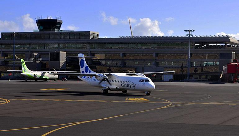Ein Flugzeug der Airline Canaryfly auf dem Flughafen von La Palma Foto: Fotos Aereas de Canarias