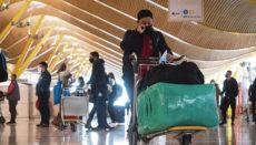 Die Kosten für Gebührenerhöhungen, Corona-Entschädigungen und Gesundheitskontrollen sollen von den Fluggesellschaften getragen werden. Diese müssten notgedrungen die dreifachen Zusatzkosten auf die Ticketpreise umlegen, sodass die Passagiere am Ende die Zeche für die Corona-Maßnahmen zahlen würden. Foto: EFE