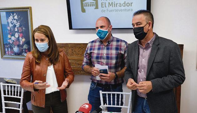 Das neue Dreigespann im Cabildo bilden AMF, CC und PP. Sergio Lloret von AMF (Mitte) wird Präsident, Lola García von CC (l.) Vizepräsidentin und Claudio Gutiérrez (r.) von NC wird zweiter Vizepräsident. Foto: efe