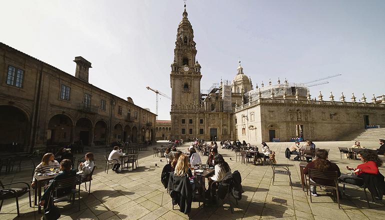 Exceltur fordert den Ausgleich der Corona-bedingten Umsatzausfälle. Im Bild ein Straßencafé an der Praza da Quintana in Santiago de Compostela. Foto: efe