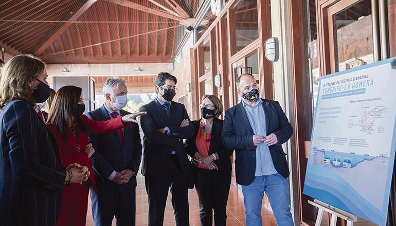 REE-Präsidentin Beatriz Corredor (in rot) mit Kanarenpräsident Ángel Víctor Torres und Cabildo-Präsident Pedro Martín bei der Präsentation der geplanten Seekabelverbindung im Plenarsaal des Cabildos von La Gomera Foto: Gobierno de Canarias