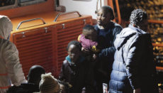 Immer öfter wagen Frauen mit Kleinkindern und Schwangere die Fahrt über den Atlantik. Foto: EFE