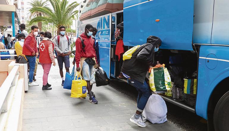 Mit ihren wenigen Habseligkeiten bestiegen die jungen Männer die Busse, die sie von Puerto de la Cruz nach La Laguna brachten. Foto: Moisés Pérez